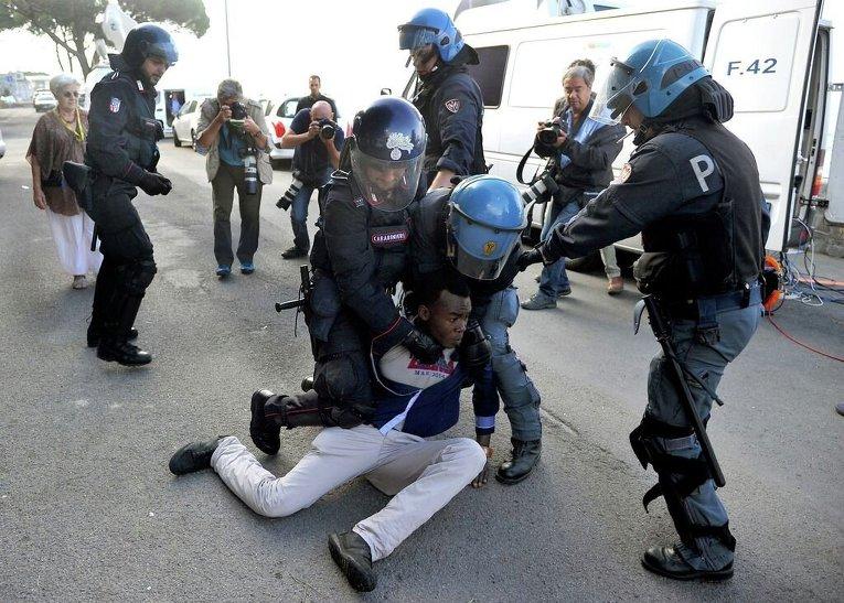 Итальянские полицейские задержали мигранта