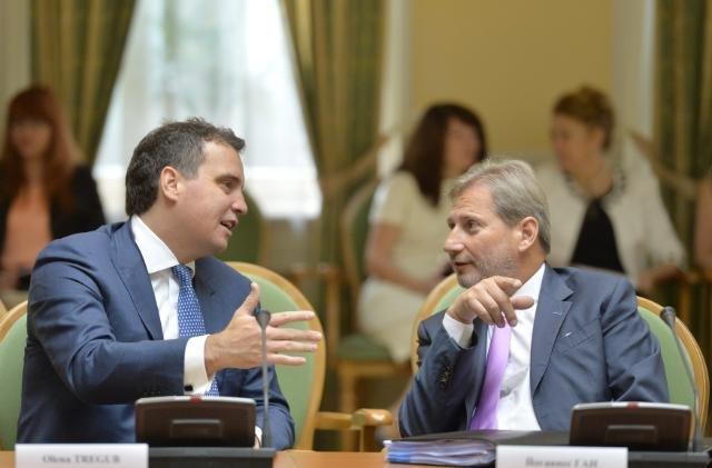 Глава Минэкономики Айварас Абромавичус и еврокомиссар Йоханнес Хан 18 июня 2015 г.