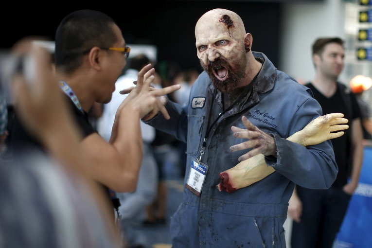 Мужчина переодетый в зомби на Electronic Entertainment Expo в Лос-Анджелесе, штат Калифорния, США