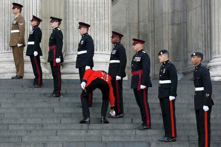 Солдаты перед национальной панихидой по случаю 200-летия битвы при Ватерлоо в соборе Святого Павла в центре Лондона