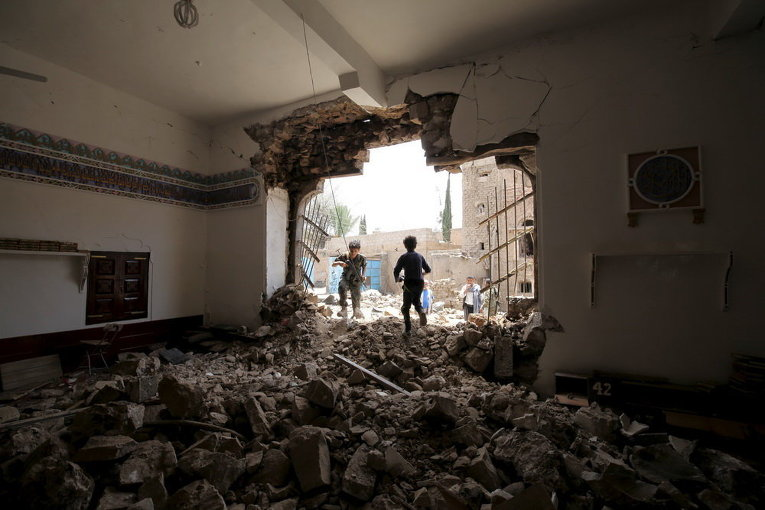 Поврежденная взрывом мечеть в столице Йемена Сане