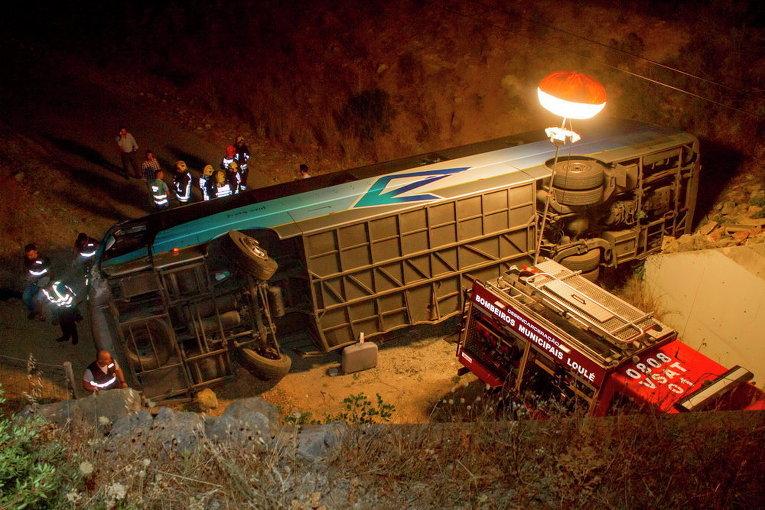 Пожарные у автобуса, который перевернулся и упал в овраг недалеко от города Албуфейра в южной Португалии