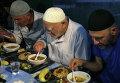 Мусульмане во время священного месяца Рамадан в Симферополе