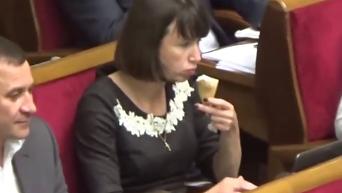 Как Чорновол ела мороженое на заседании Рады. Видео