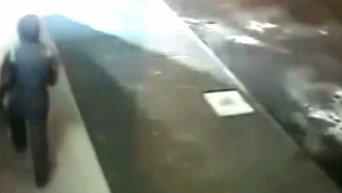 Взрыв у Сбербанка России в Киеве. Камеры наблюдения зафиксировали злоумышленника