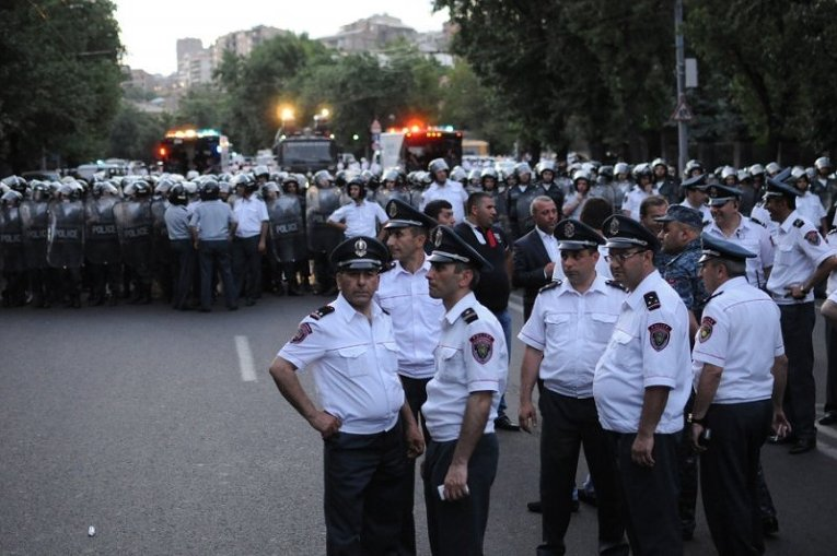 Полиция блокирует и теснит демонстрантов в ереване - фото, видео