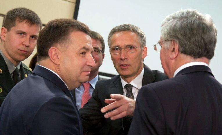 Министр обороны Украины Степан Полторак (слева), генсек НАТО Йенс Столтенберг (в центре) и министр обороны Британии Майкл Фэллон (справа)