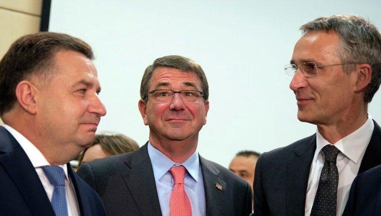 Министр обороны Украины Степан Полторак (слева), министр обороны США Эштон Картер (в центре) и генсек НАТО Йенс Столтенберг (справа)
