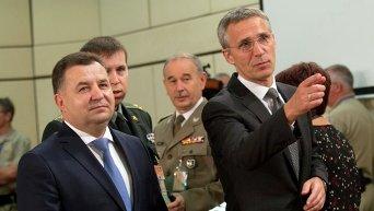Министр обороны Украины Степан Полторак и генеральный секретарь НАТО Йенс Столтенберг