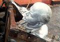 Снесенный памятник Ленину. Архивное фото