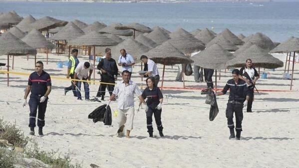 Место теракта на пляже отеля в Тунисе