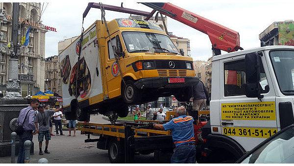 На Майдане Незалежности демонтировали первый МАФ на колесах