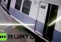 В Мумбаи поезд на скорости вылетел на платформу. Видео
