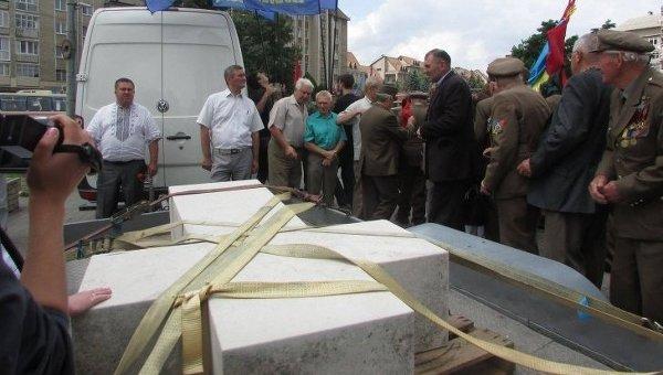 Крест с могилы Степана Бандеры