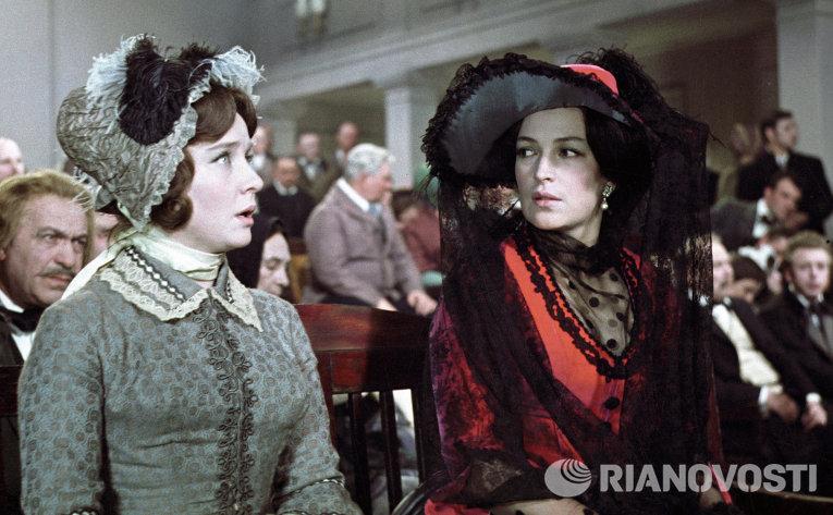 Клара Лучко в роли жены поэта Гервича (справа) в фильме Григория Рошаля Тогда им было тридцать.