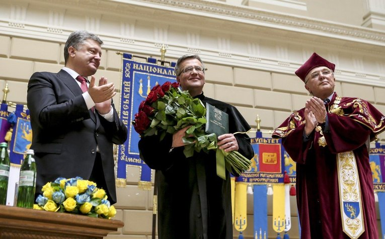 Президент Украины Петр Порошенко и президент Польши Бронислав Коморовский во Львовском национальном университете им. Франко, 2 июля 2015 г.