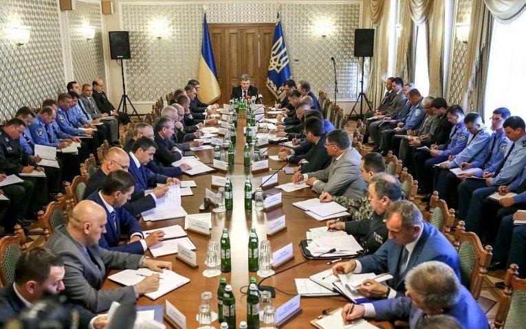 Президент Украины Петр Порошенко проводит совещание с силовиками во Львове, 2 июля 2015 г.