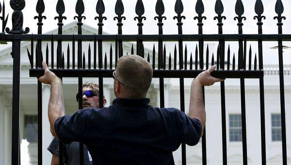 В Вашингтоне по периметру Белого дома устанавливается дополнительные ограждения в целях усиления безопасности.