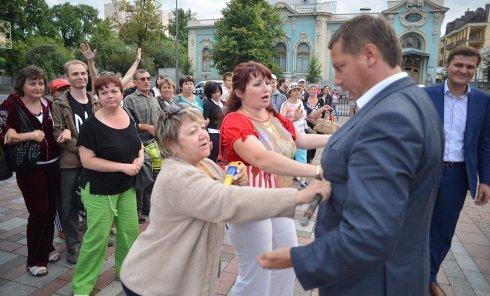 """Активисты """"Финансового майдана"""" блокируют депутатов под Верховной Радой, 2 июля 2015 г."""