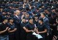 Премьер-министр Украины Арсений Яценюк и глава МВД Арсен Аваков на церемонии первого выпуска с полицейской академии патрульной службы Киева, 2 июля 2015 г.