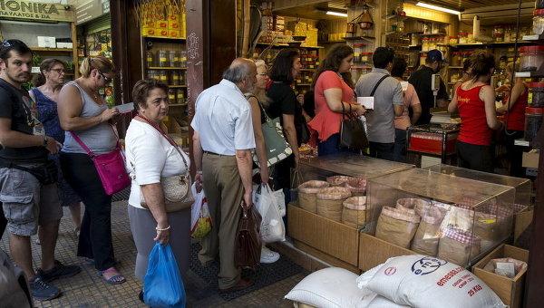 Очередь за продуктами в магазине в Афинах, Греция