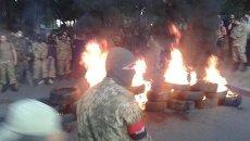 В Киеве участники марша добровольцев подожгли шины