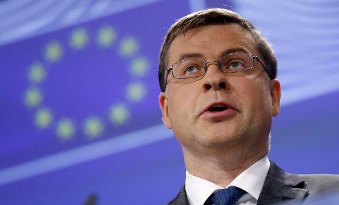 Заместитель председателя Еврокомиссии по валютному союзу Валдис Домбровскис в понедельник заявил, что еврозоне не угрожают итоги прошедшего в Греции референдума.