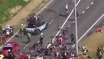 Велосипедная гонка Тур де Франс была приостановлена из-за завала. Видео