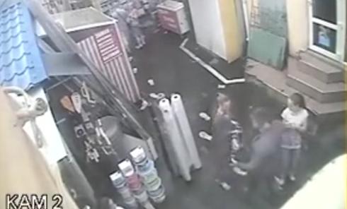 Милиционер ударом по лицу сбил девушку с ног в Одессе. Видео