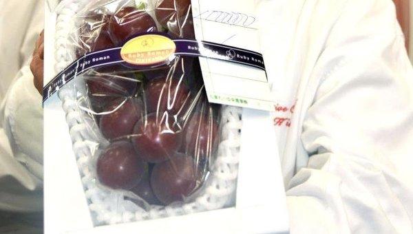 Гроздь винограда сорта Ruby Roman на аукционе
