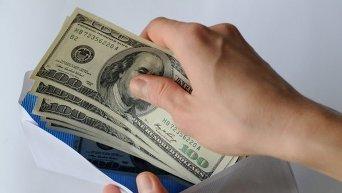 Конверт с долларами. Архивное фото