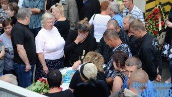 Прощание с расстрелянными инкассаторами и водителем Укрпочты во дворе Харьковского почтамта