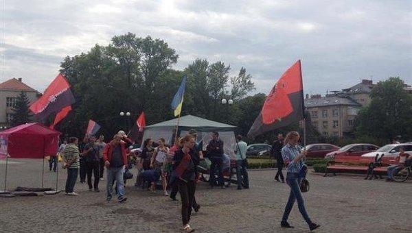 Активисты Правого сектора под Закарпатской ОГА