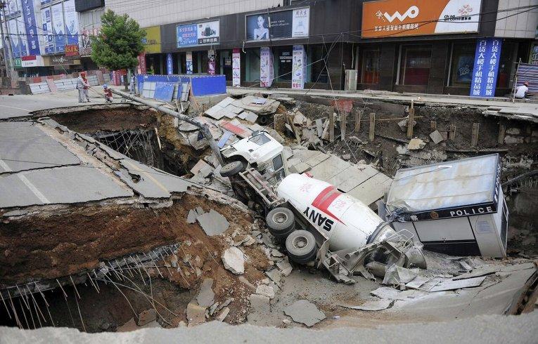 Три человека пострадали в результате обвала 100 квадратных метров дороги в китайской провинции Аньхой