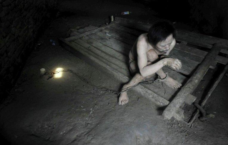 Психически больной 44-летний китаец Тонг Джипинг прикован в комнате