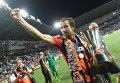 Капитан ФК Шахтер Дарио Срна с Суперкубком Украины