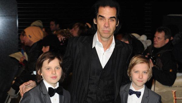 Ник Кейв с сыновьями