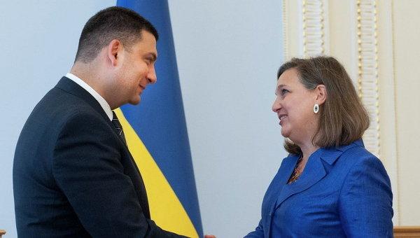 Спикер Парламента Владимир Гройсман приветствует помощника госсекретаря США по делам Европы и Евразии Викторию Нуланд в Киеве. Архивное фото