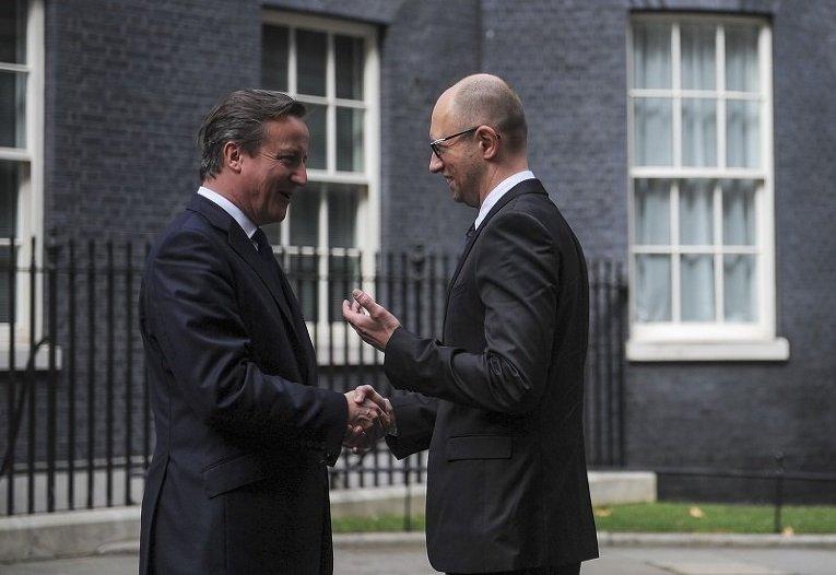 Премьер-министр Великобритании Дэвид Кэмерон и премьер-министр Украины Арсений Яценюк возле резиденции главы британского правительства