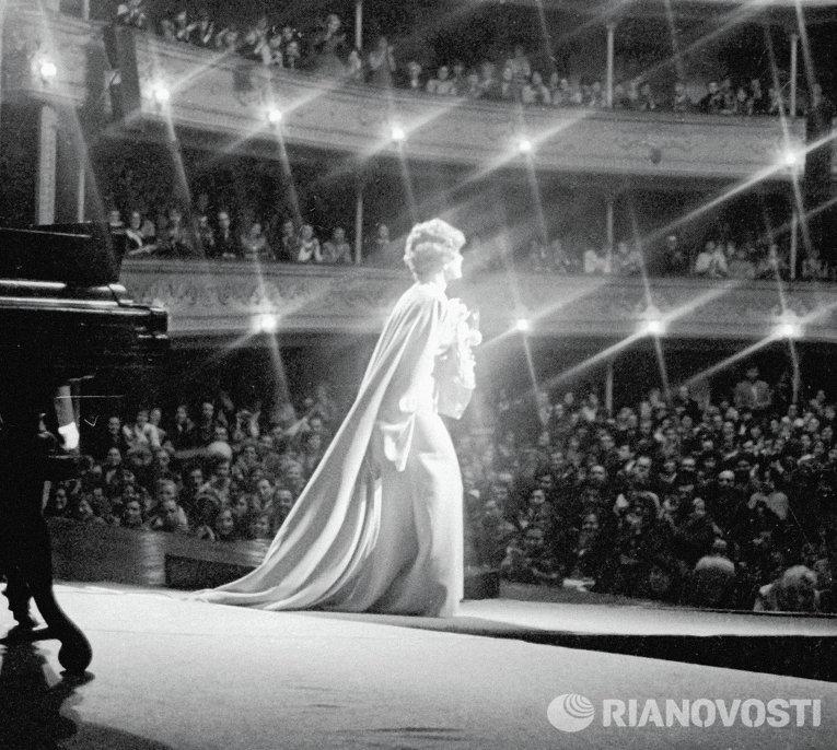 Ада Роговцева на сцене Киевского драматического театра им. Леси Украинки