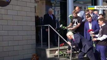 Киевляне несут цветы к посольству Нидерландов. Видео