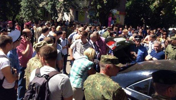 Заблокированный автомобиль в Чернигове с пачками денег