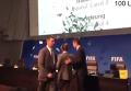 Комик забросал Блаттера на пресс-конференции долларами, Видео