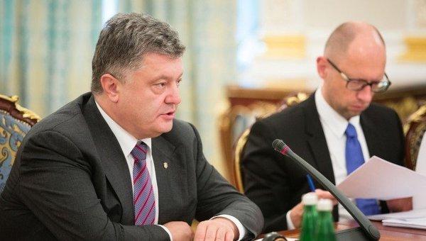 Президент Украины Петр Порошенко и премьер-министр Украины Арсений Яценюк во время заседания СНБО, 20 июля 2015 г.