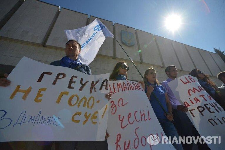 Акция протеста возле ЦИК с требованием снять с довыборов в Верховную Раду по 205 округу Сергея Березенко и Геннадия Корбана