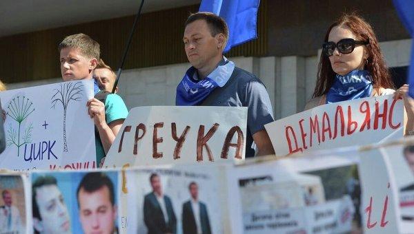 Акция протеста возле ЦИК с требованием снять с довыборов в Верховную Раду Сергея Березенко и Геннадия Корбана