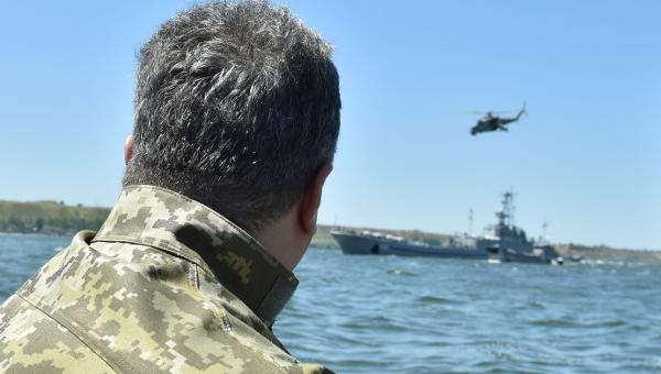 Петр Порошенко наблюдает за учениями ВМС в Николаевской области
