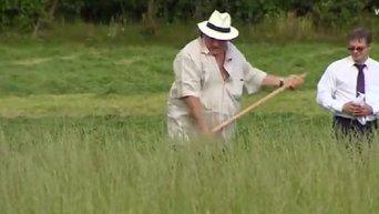 Депардье косит траву во время визита в Белоруссию