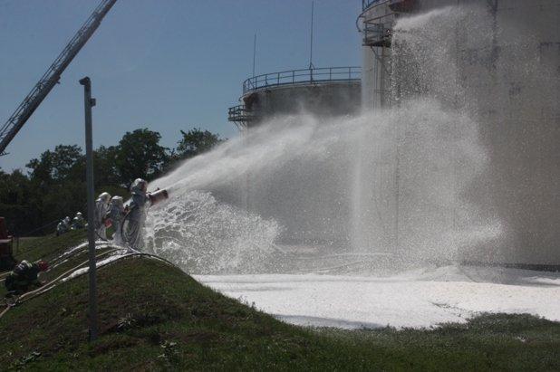 Масштабные учения по тушению пожара на нефтебазе в Кировограде
