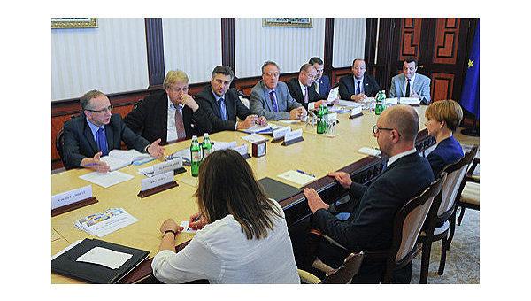 Арсений Яценюк во время встречи с делегацией Европарламента